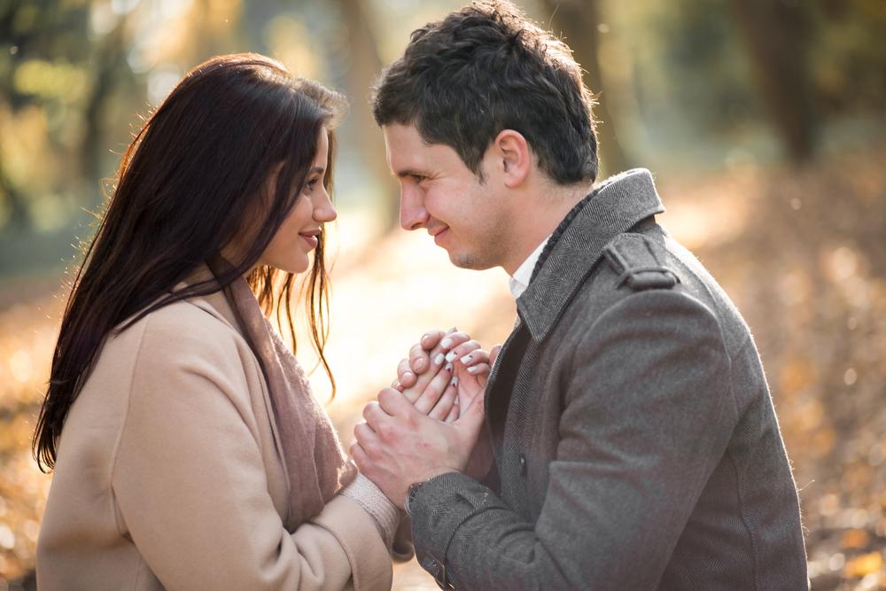 公園で手を握るカップル